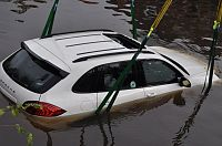 Porsche Cayenne van 116000 E te water (Video)