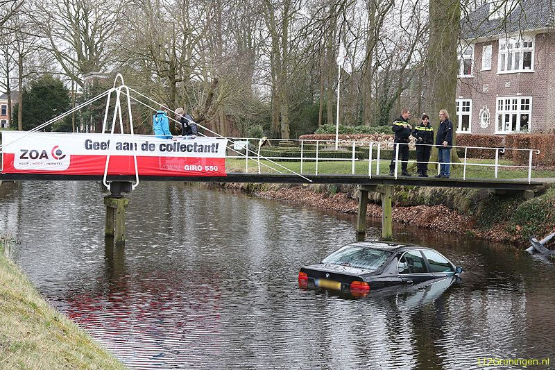 Auto rolt in het water in Veendam (Video)
