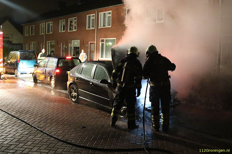 Auto zwaar beschadigd na brand in Harkstede (Video)