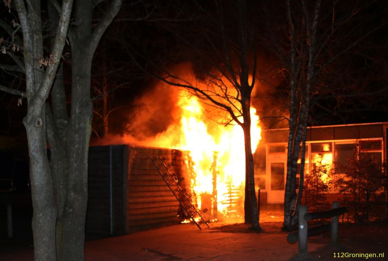 Felle brand naast school in Lewenborg (Video)