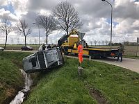 Auto over de kop bij Holwierde (Video)