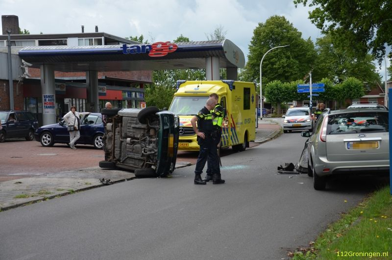 Auto gekanteld na ongeval in Stadskanaal (Video)