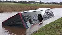 Te water geraakte bus geborgen (Video)