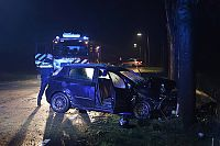 Auto botst op boom in Harkstede (Video)