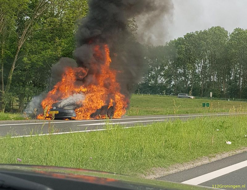 Auto in lichterlaaie langs de A28