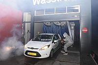 Horror carwash bij wasstraat vanwege halloween (Video)