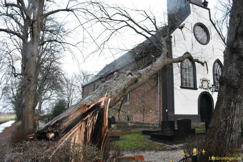 Boom valt op kerk in Middelbert (Video)