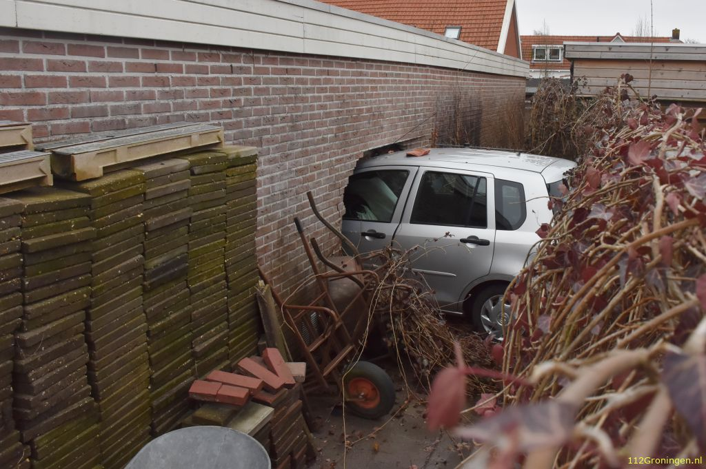 Oudere man ramt dwars door garagebox muur (Video)