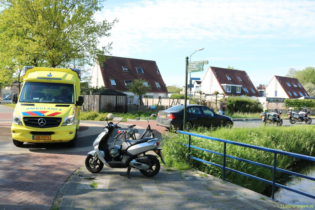 Ongeval auto/scooter in Zuidhorn.