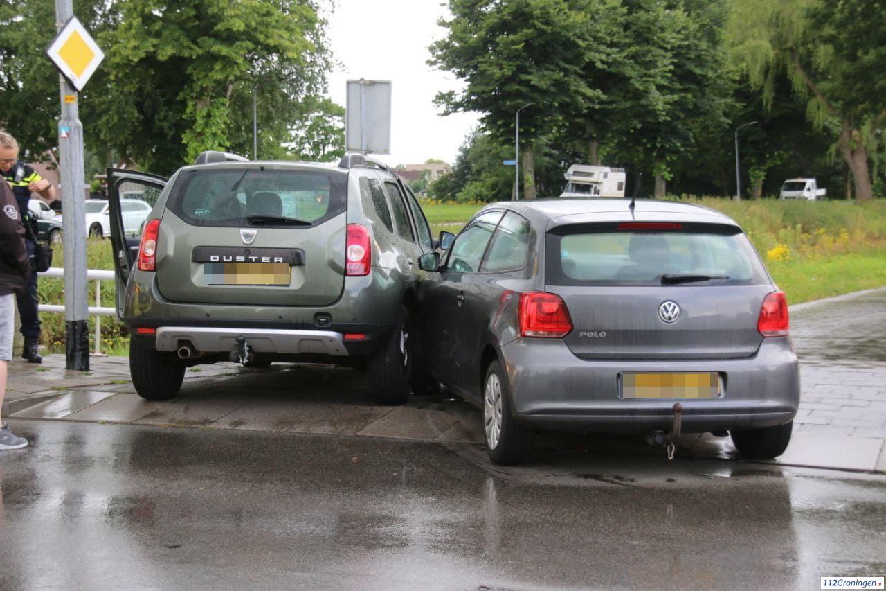 Twee voertuigen flink beschadigd na aanrijding Middenweg Veendam.