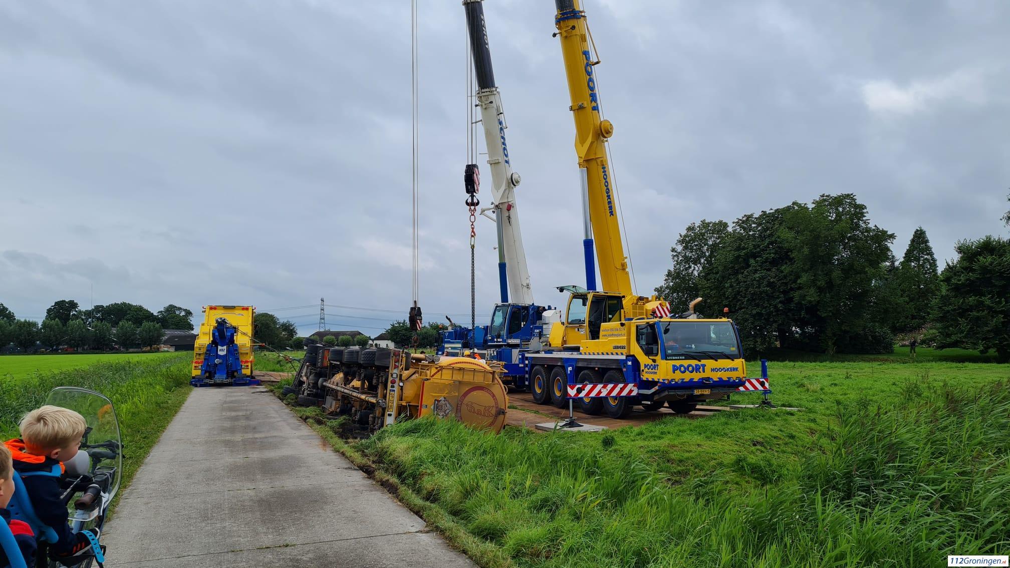 Gekantelde vrachtwagen in Appingedam geborgen.