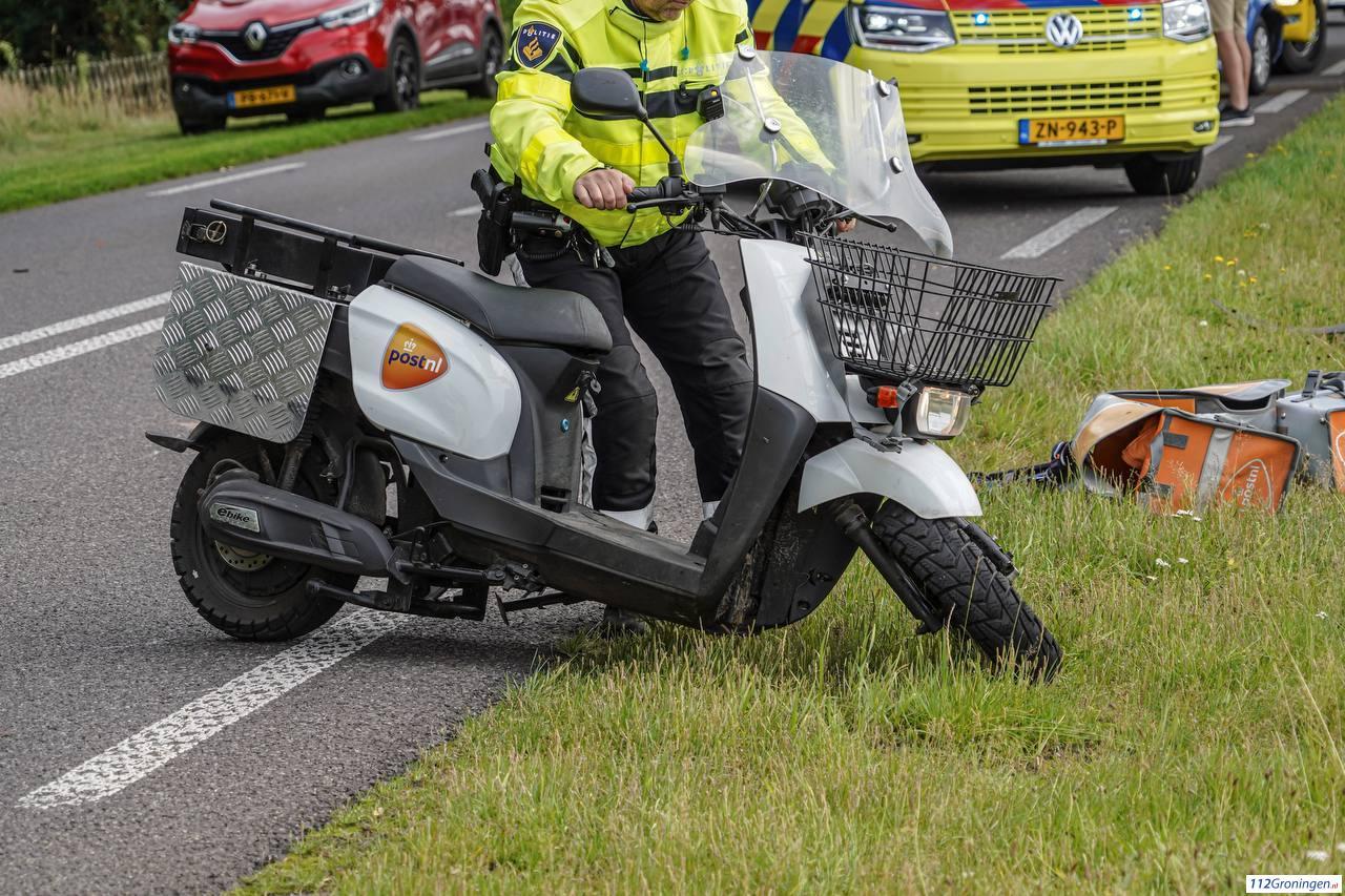 Postbezorger op scooter aangereden door automobilist in Donderen.