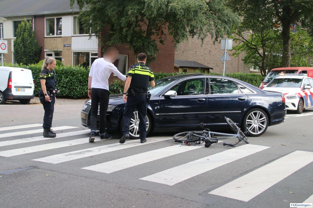 Fietser gewond naar ziekenhuis na aanrijding met automobilist in Groningen-Zuid.