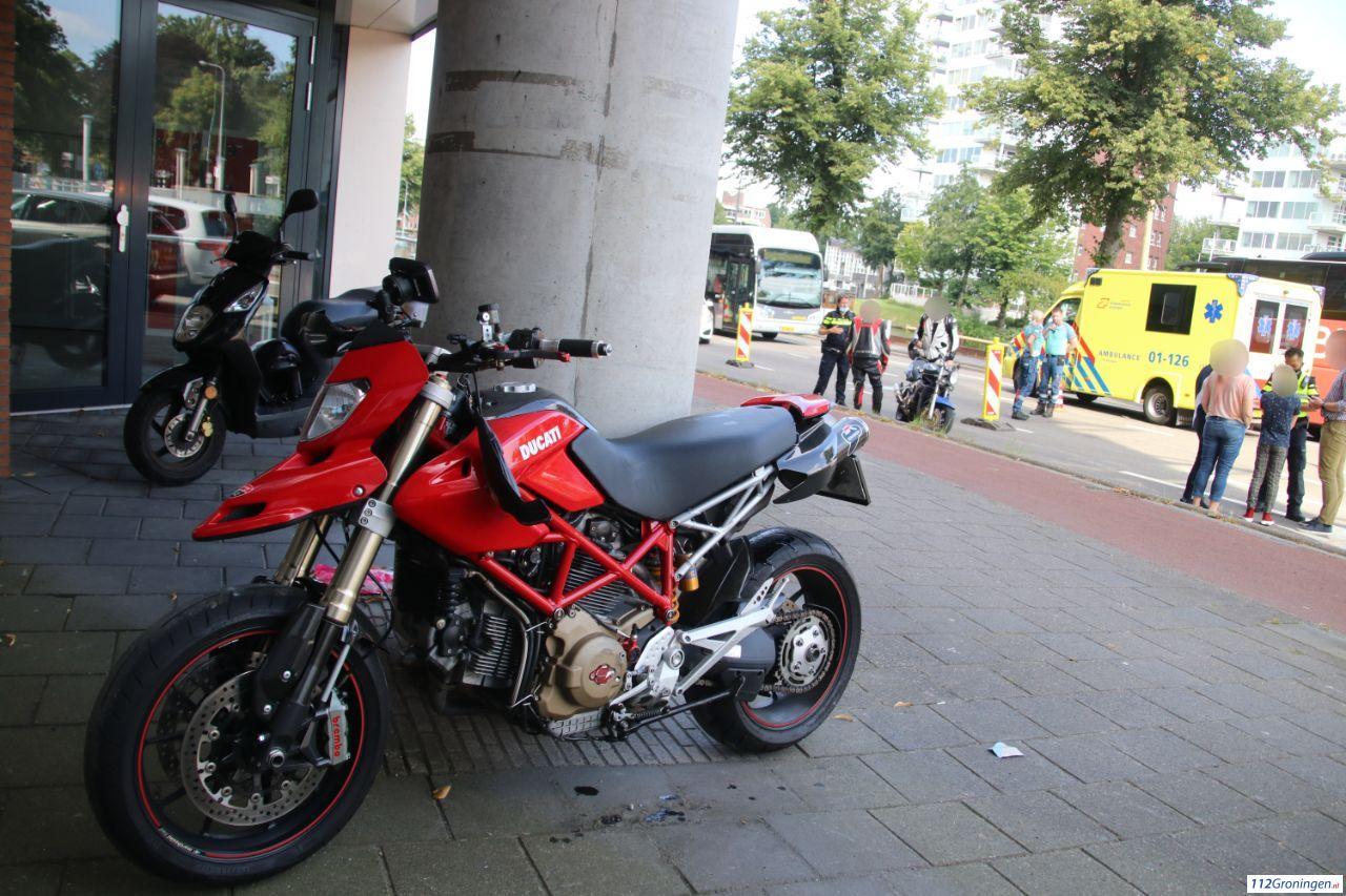 Motorrijders licht gewond bij aanrijding in stad Groningen.