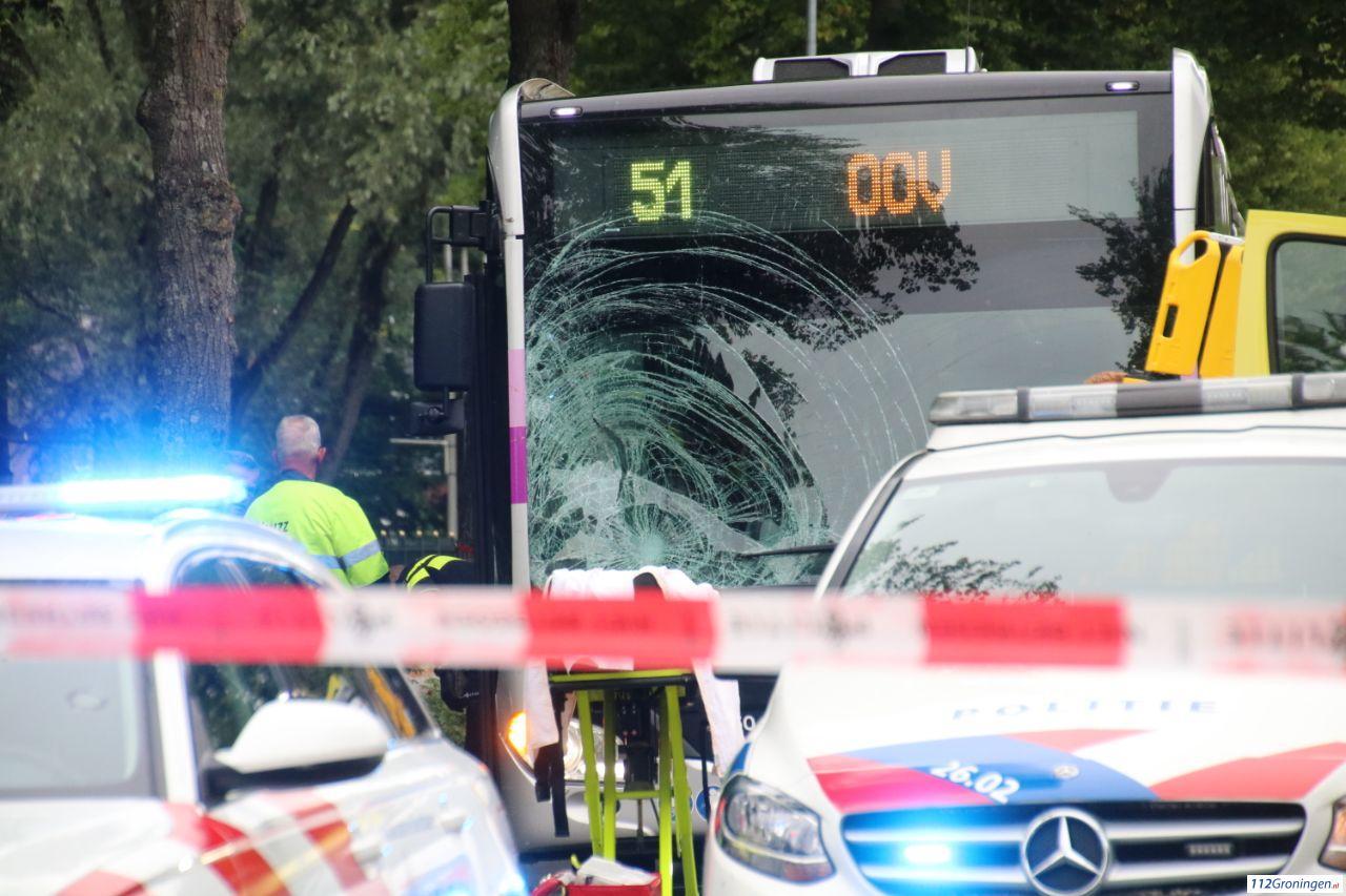 Fietser raakt ernstig gewond bij ongeval met lijnbus in Groningen.