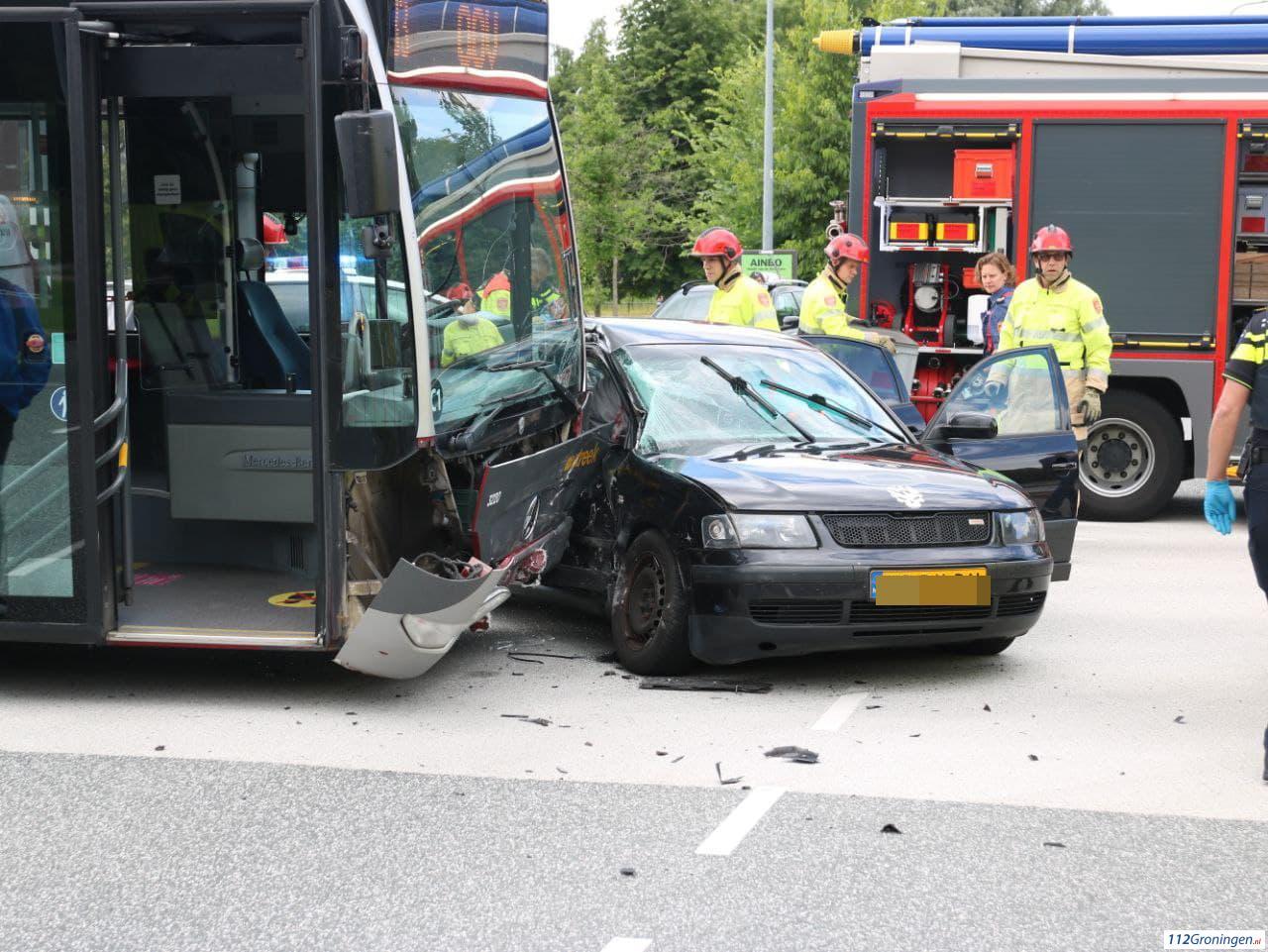 Meerdere gewonden bij aanrijding tussen auto en lijnbus.