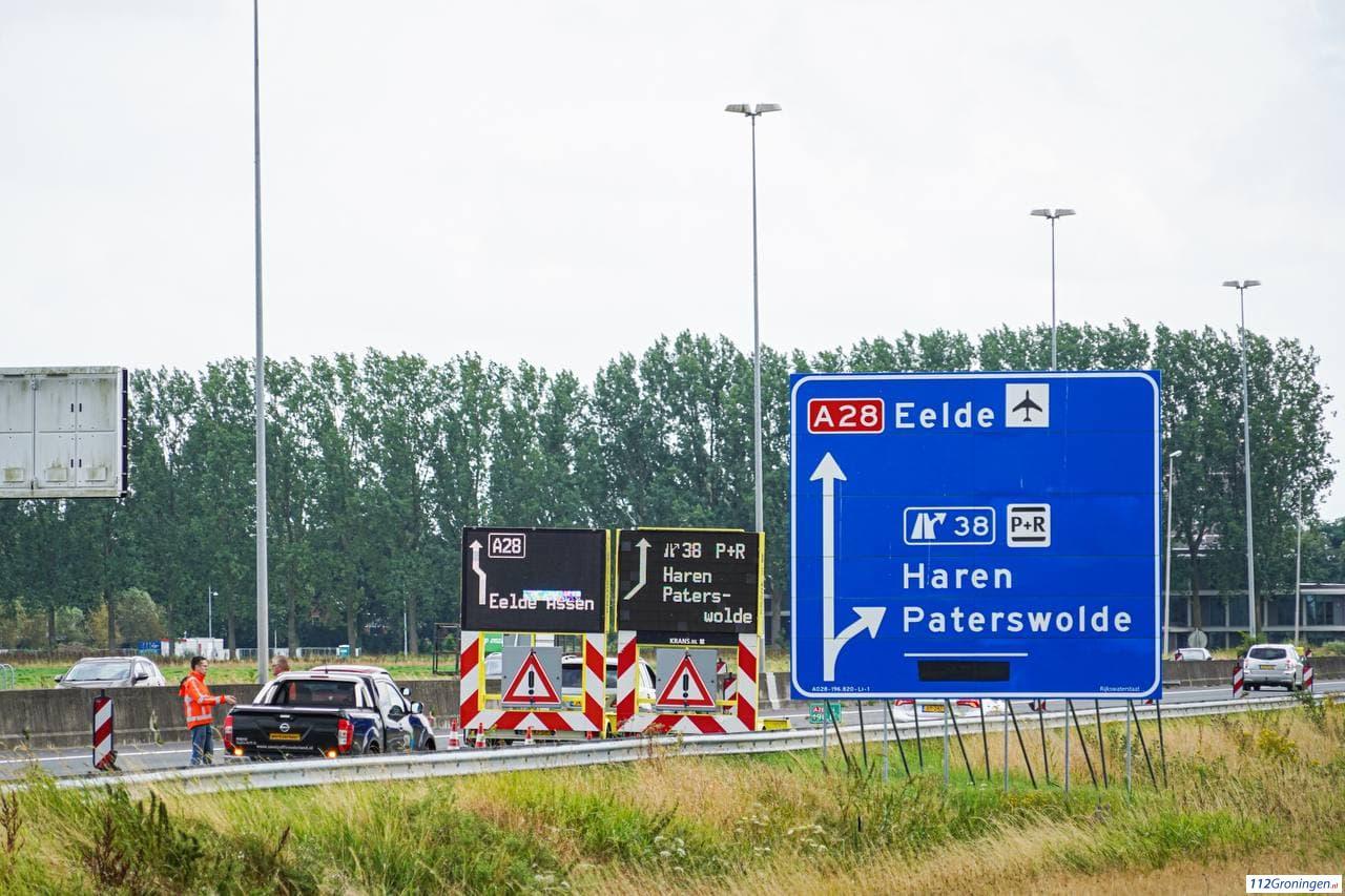 Rijkswaterstaat plaatst matrixborden bij middengeleider A28 na verkeersongeluk.