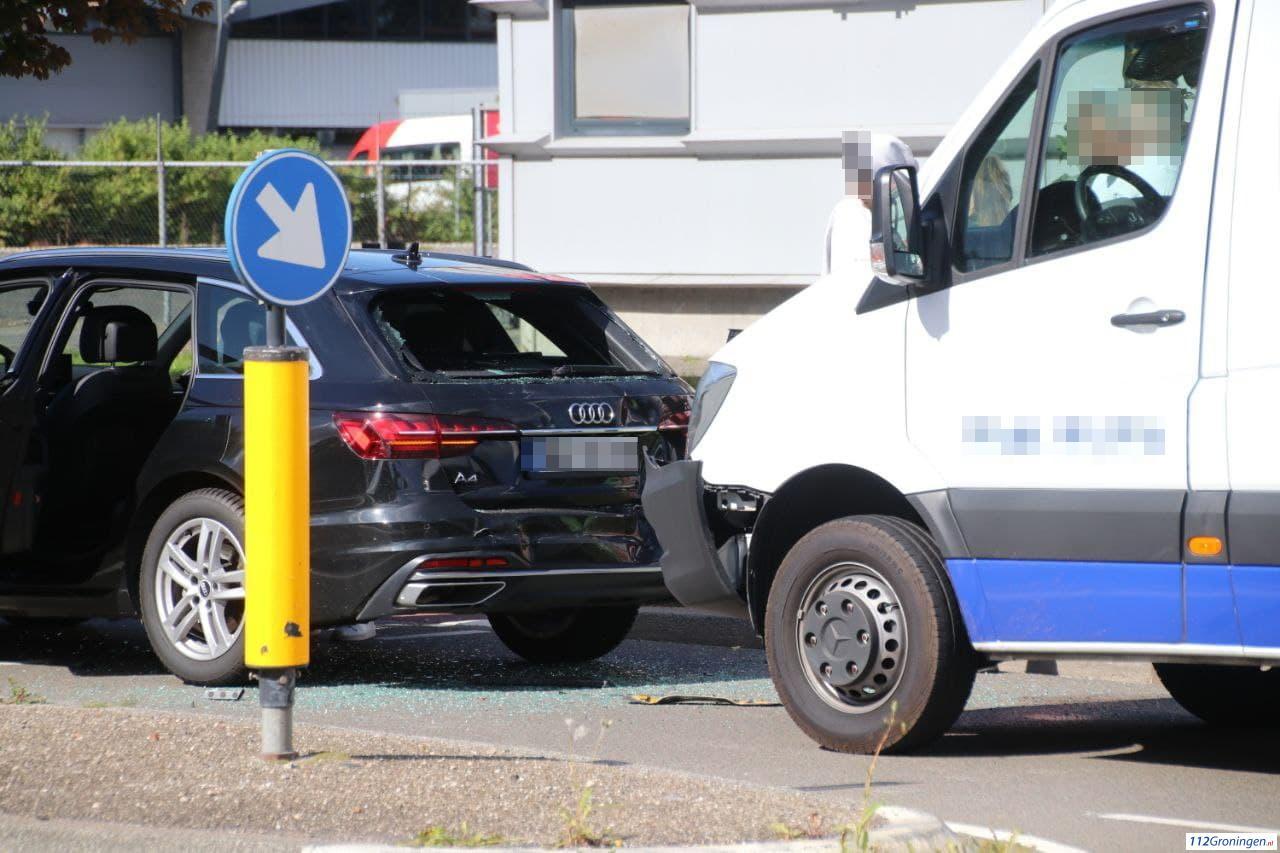 Verkeersdrukte rond Bornholmstraat door botsing tussen auto en bestelbus.