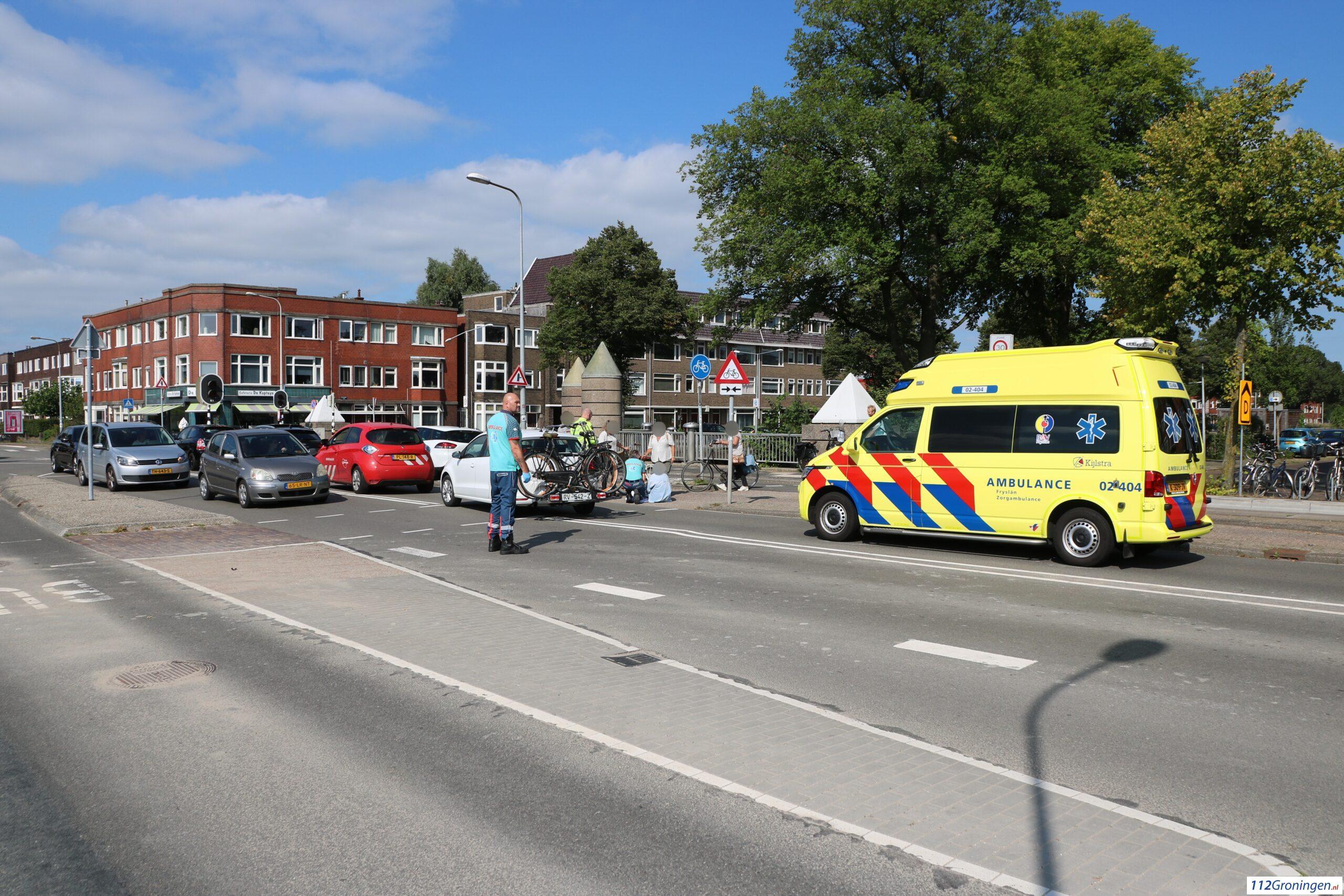 Fietsster raakt licht gewond bij botsing met automobilist in Groningen.