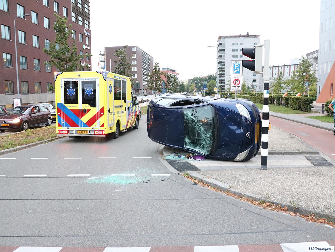 Auto belandt op zijkant bij ongeval in Groningen.