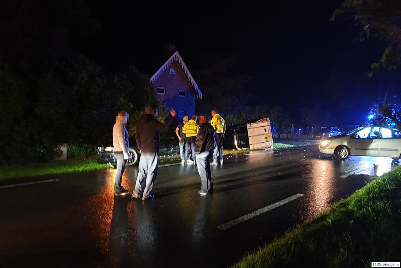 Paardentrailer belandt op zijkant bij ongeval in Bellingwolde.