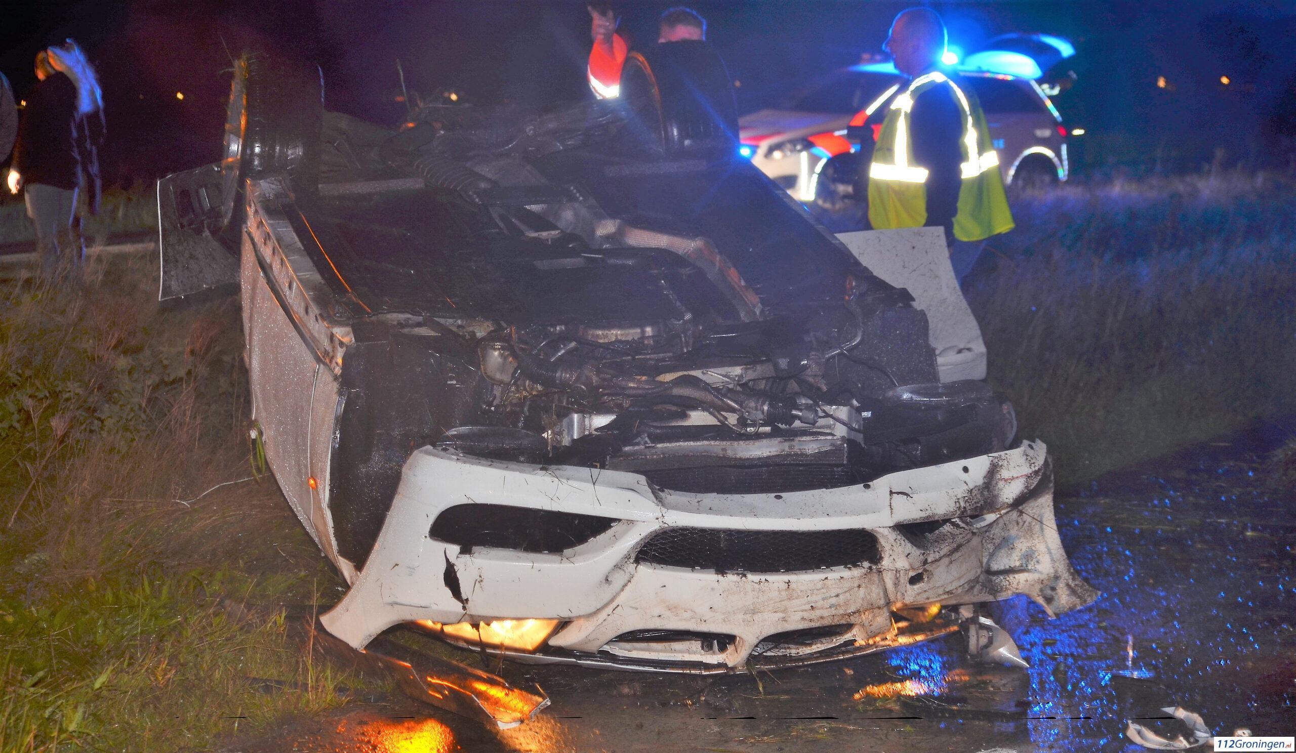 Auto raakt op de kop na ongeval.