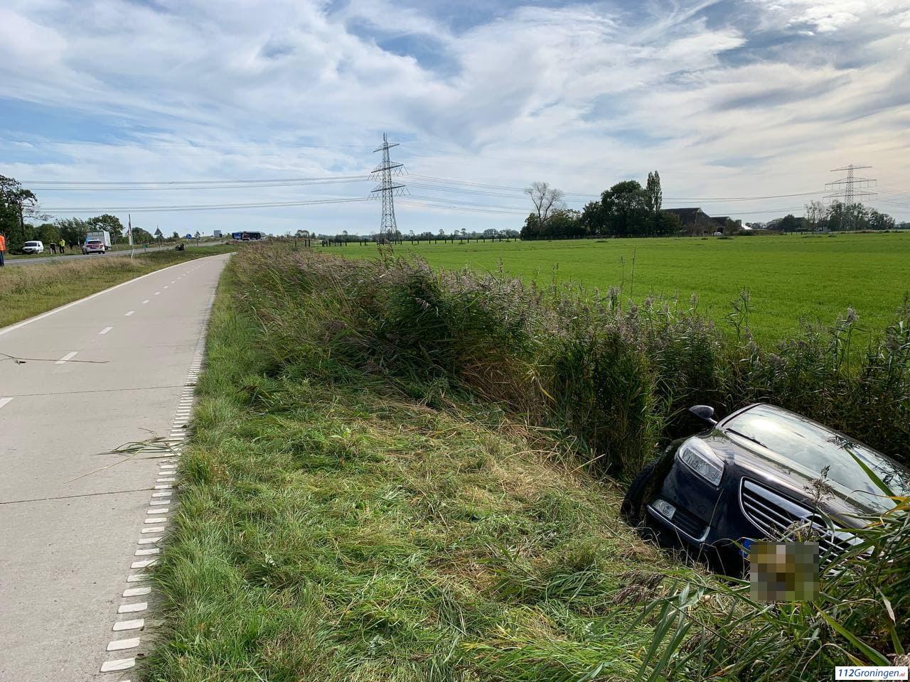 Auto belandt in sloot na aanrijding op Friesestraatweg Aduard.